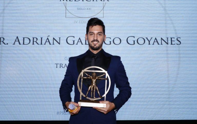 El traumatólogo deportivo Adrián Gallego, colaborador del Hospital Cosaga, recibe un galardón por su trayectoria